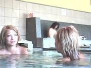 Скрытая камера в женской сануе снимает натуральные голые сиси и писи